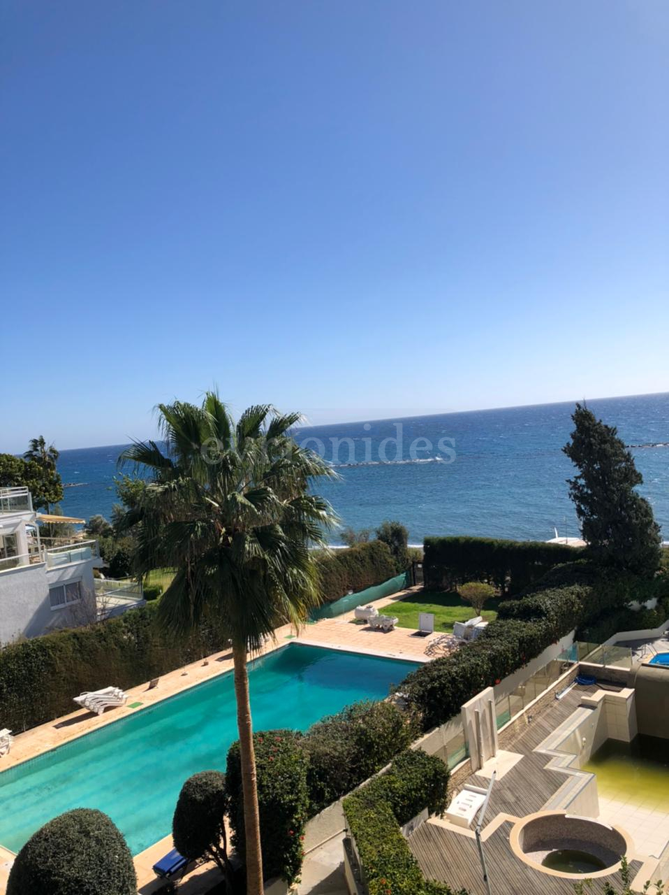 One bedroom amazing beach front  apartment in Germasogia