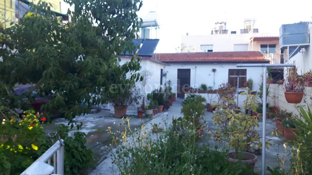 Plot of land with small house in Kapsalos