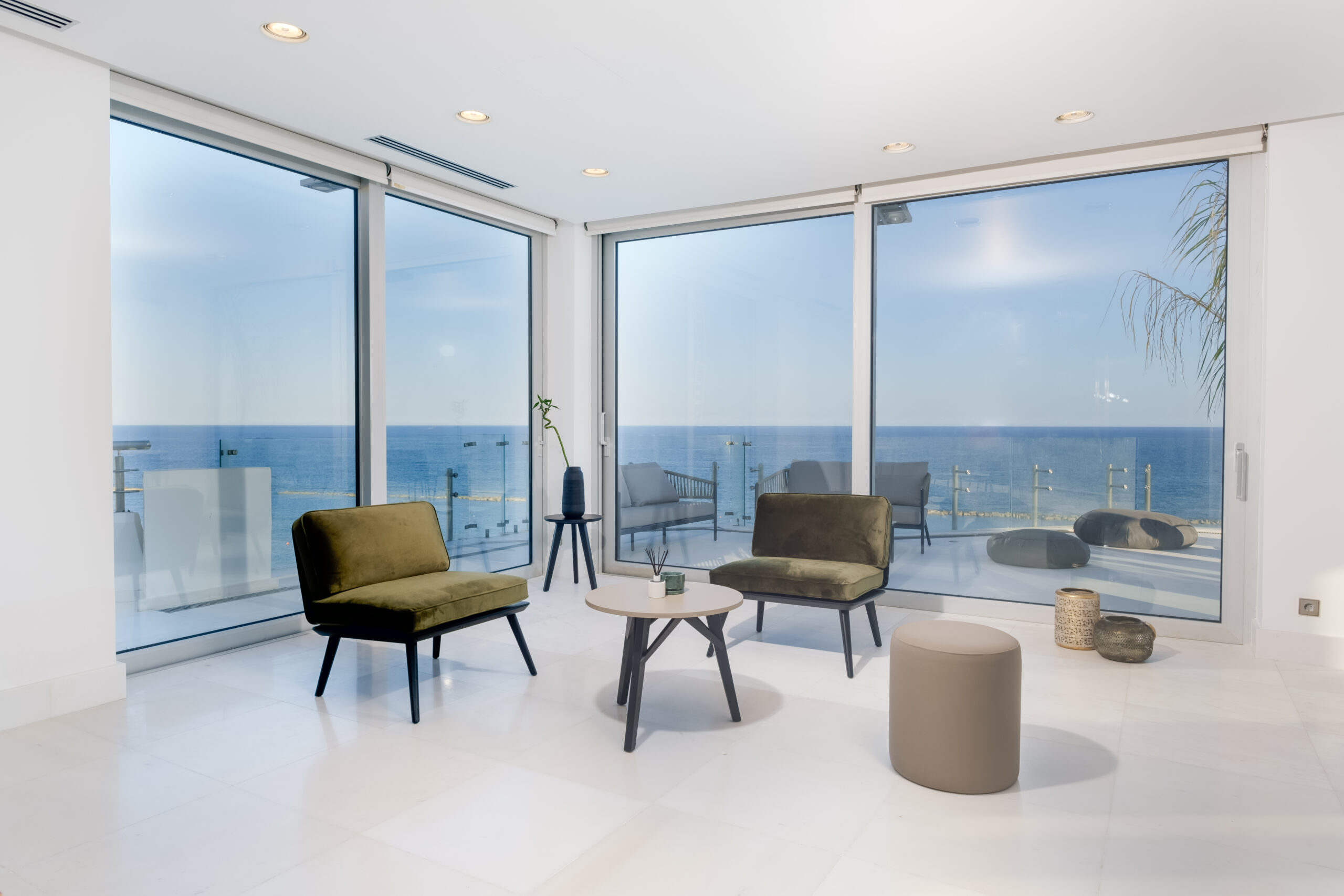 Amazing 4 bedroom modern penthouse direct on the beach